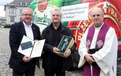 Чехи угостили Папу Римского пивом Pilsner Urquell