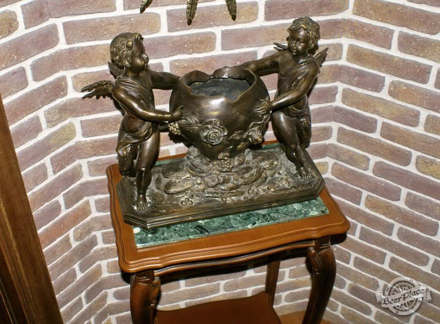 Обзор. Музей-ресторан Антверпен. Скульптуры в нишах и углах