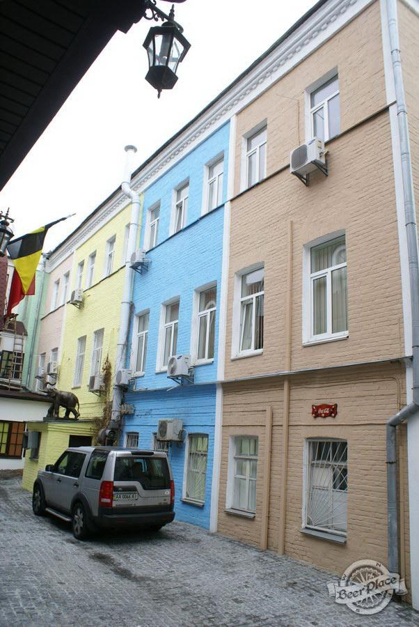 Обзор. Музей-ресторан Антверпен. Здания окружающие дворик