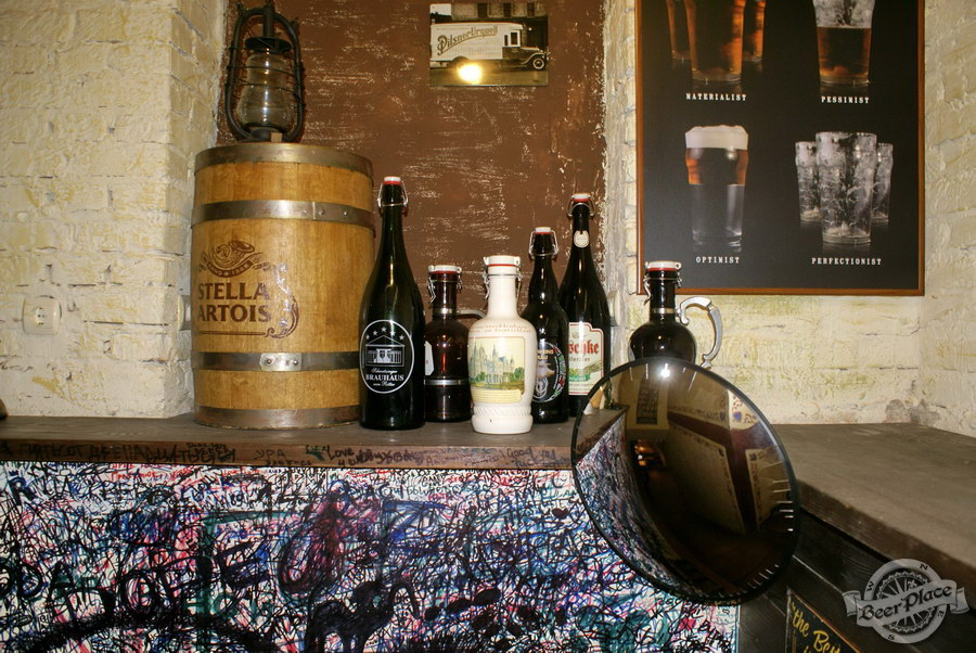 Обзор паба Beer Point  на Подоле. Фото. Бутылки и бочка