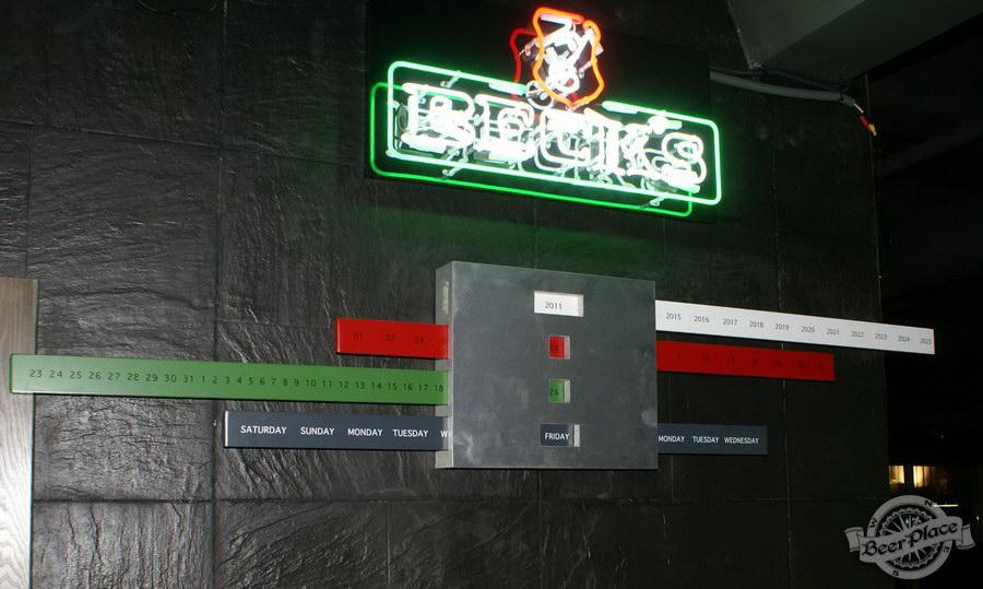 Обзор кафе Becks BeerLoft на Окружной в Ашане. Променада Парк. Основной зал. Причудливый календарь