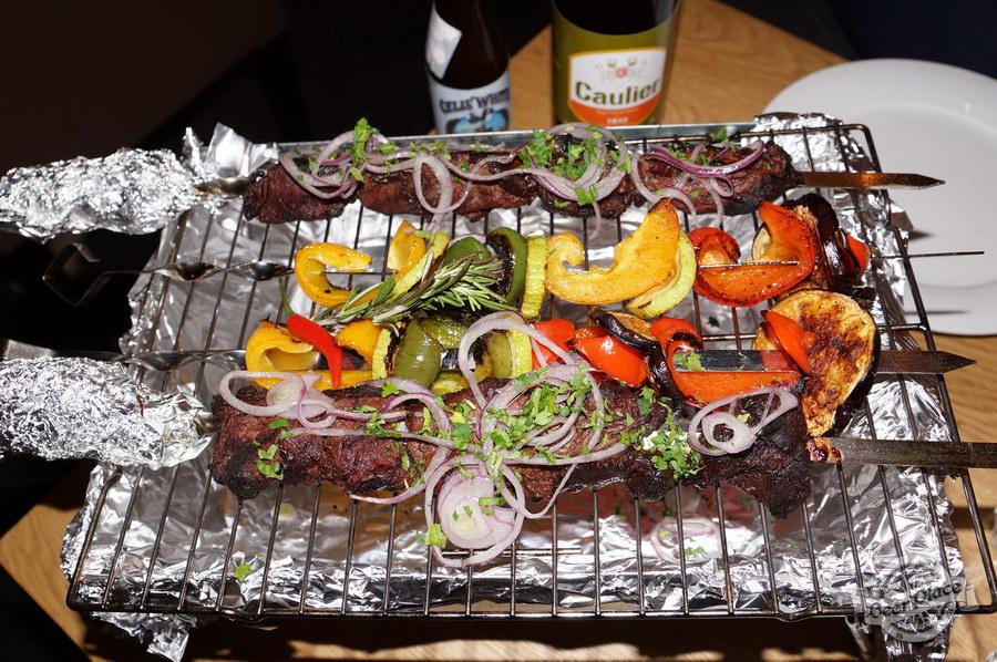 Дегустация Caulier 1842 и Celis White в FoodTourist. Шашлык из говядины с овощами жареными на гриле