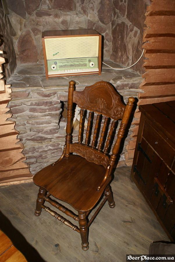Паб Дороти. Киев. Фото. Интересный резной стул