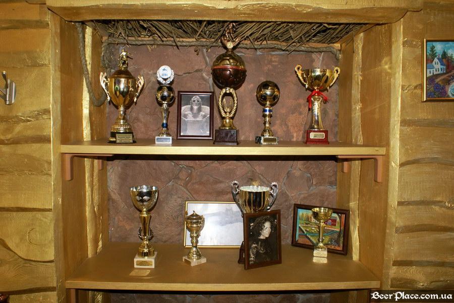 Паб Дороти. Киев. Фото. Третий зал. Футбольные кубки