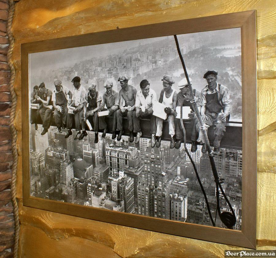 Паб Дороти. Киев. Фото. Третий зал. Мужчины на рассвете