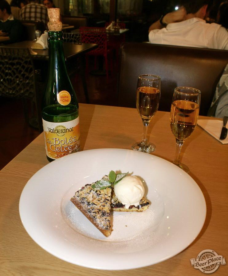 Гастрономический бар Барсук. Фото. Сидр и тертый пирог из черной смородины