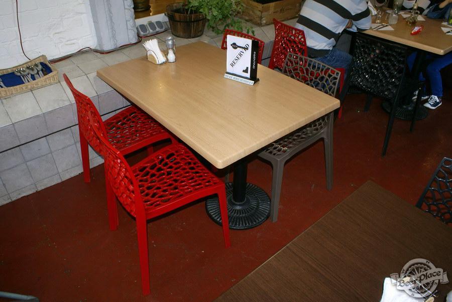 Гастрономический бар Барсук. Фото. Большие столы на летней площадке