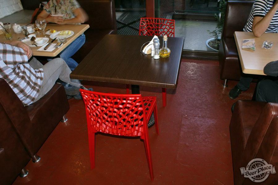 Гастрономический бар Барсук. Фото. Небольшие столы на летней площадке