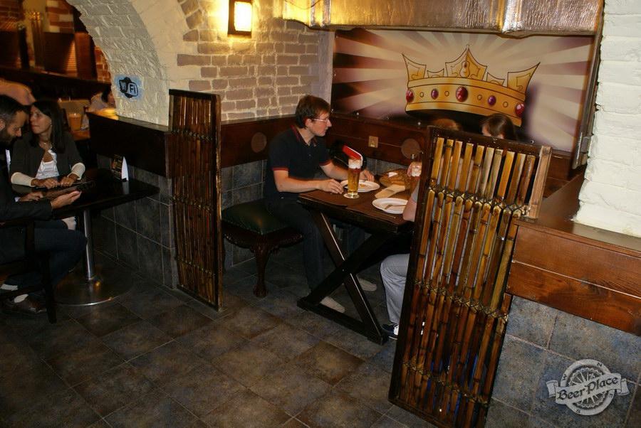 Обзор паба Guita Bar | Гитар Бар. Стол в переулке