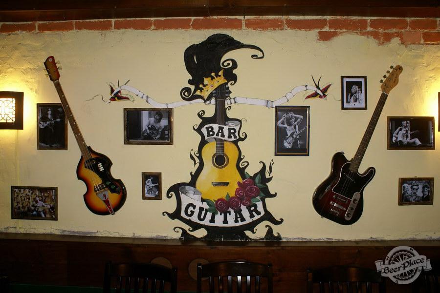 Обзор паба Guita Bar | Гитар Бар. Второй зал. Стена с фото гитаристов