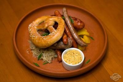 Ассорти немецких сосисек с жареной картошкой и тушеной капустой