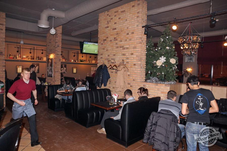 Обзор паба-ресторана Короли Колбас и Пива. Диваны напротив барной стойки