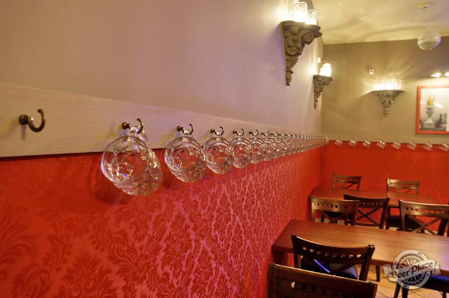 Обзор паба-ресторана Короли Колбас и Пива. Бокалы на крючках