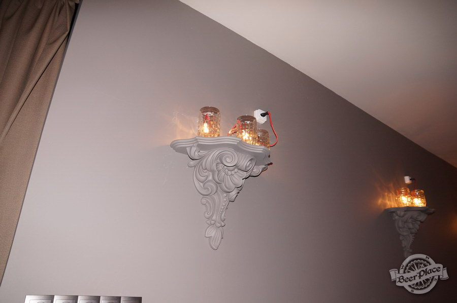 Обзор паба-ресторана Короли Колбас и Пива. Светильники из бокалов