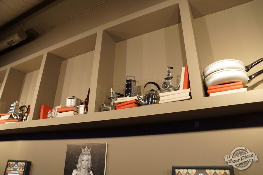 Обзор паба-ресторана Короли Колбас и Пива. Кухонные принадлежности и предметы обихода