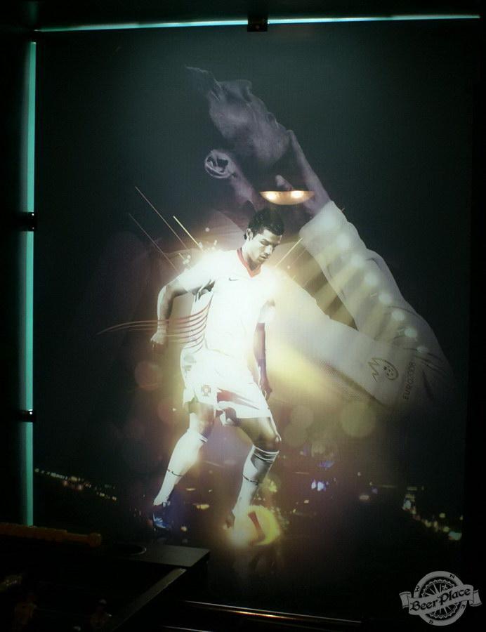 Обзор Лаки Паб | Lucky Pub. Фото. Игровой зал. Плакаты футболистов