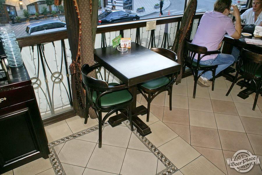 Обзор Лаки Паб | Lucky Pub. Фото. Второй этаж. Столы вдоль окон
