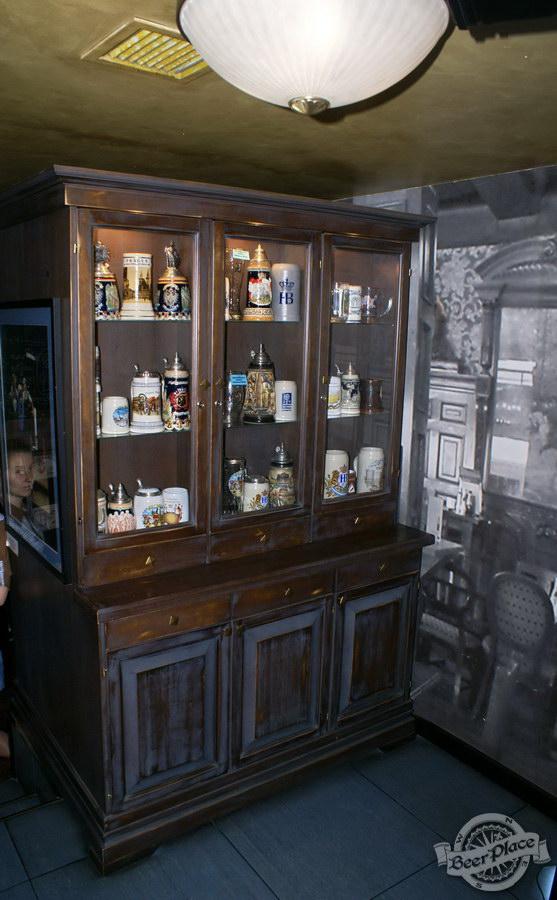 Обзор Лаки Паб | Lucky Pub. Фото. Шкаф с бокалами
