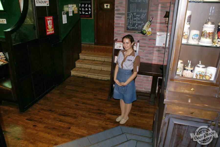 Обзор Лаки Паб | Lucky Pub. Фото. Девушка на входе