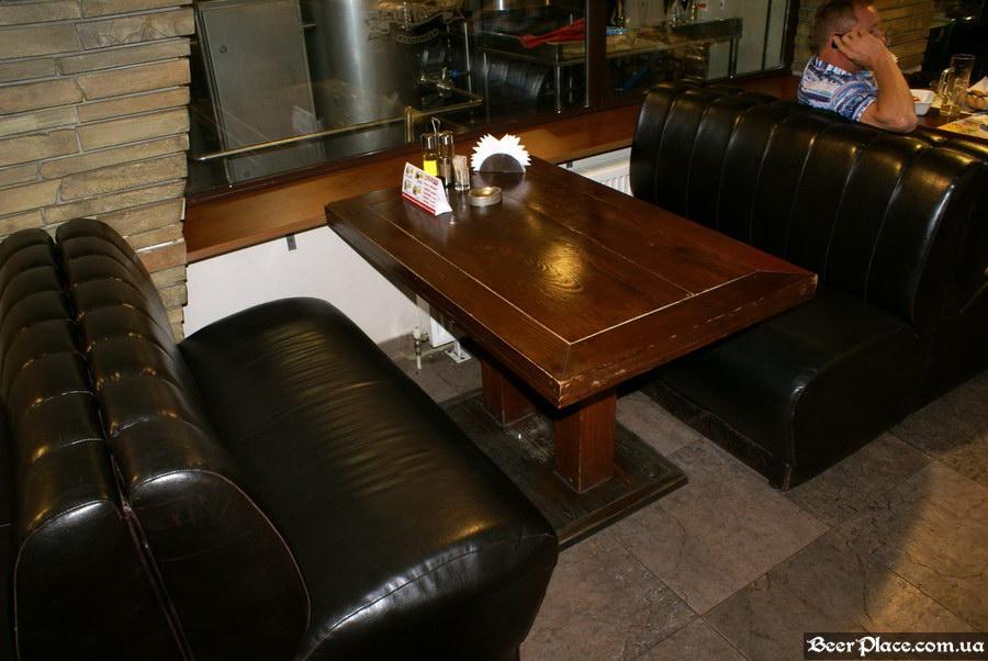 Люстдорф. Ресторан-пивоварня в Одессе. Фото. Первый зал. Столы слева