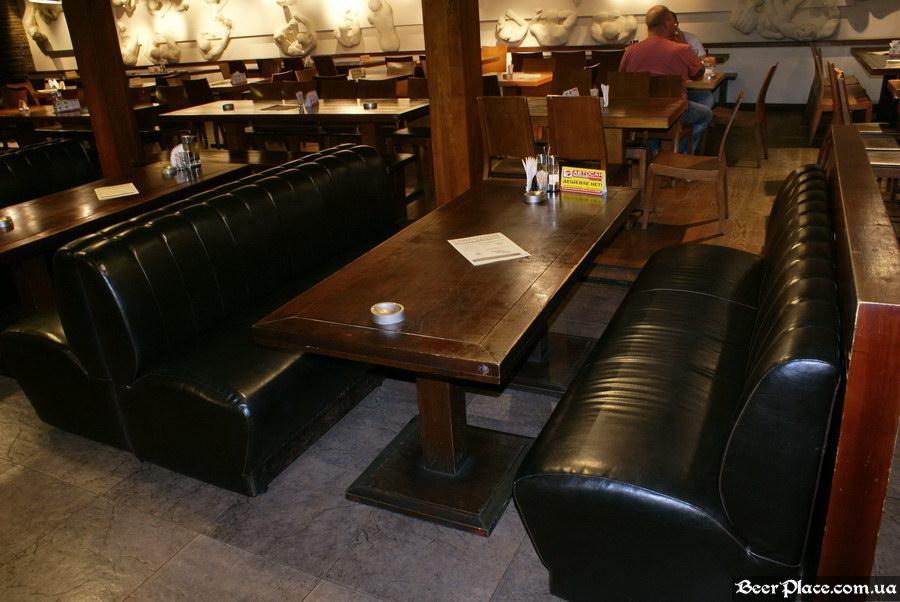 Люстдорф. Ресторан-пивоварня в Одессе. Фото. Первый зал. Столы посередине