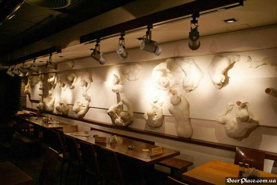 Люстдорф. Ресторан-пивоварня в Одессе. Фото. Первый зал. Барельеф с пиволюбами