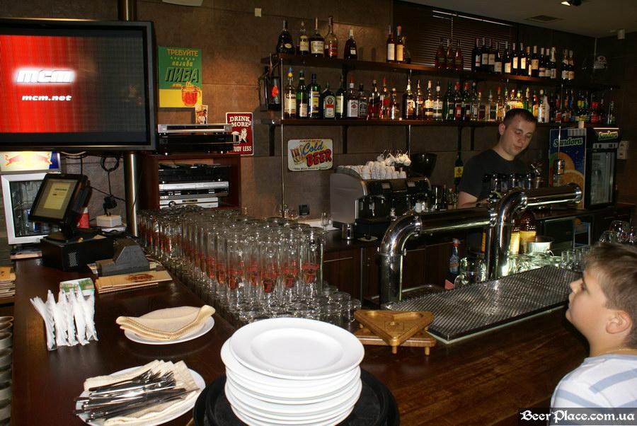 Люстдорф. Ресторан-пивоварня в Одессе. Фото. Первый зал. Барная стойка