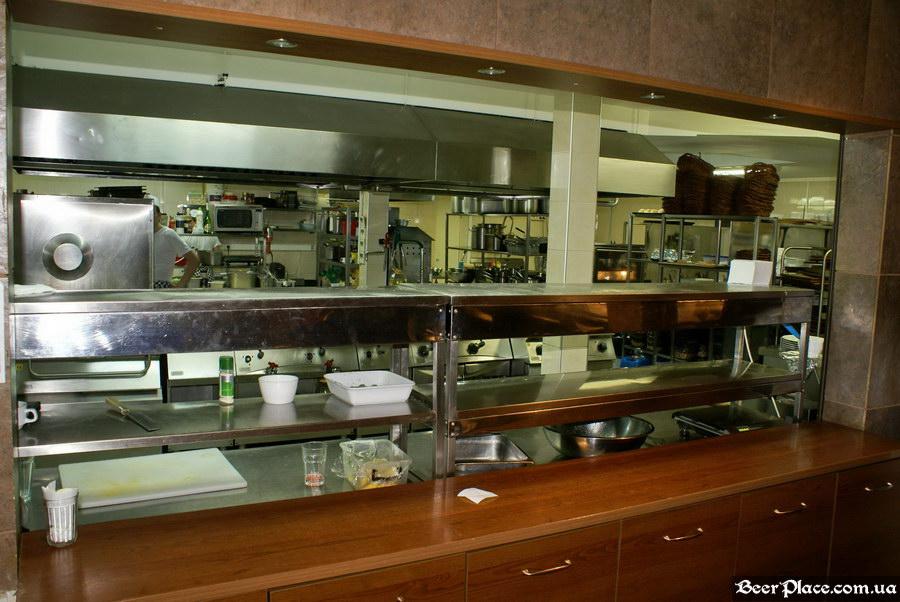 Люстдорф. Ресторан-пивоварня в Одессе. Фото. Первый зал. Открытая кухня