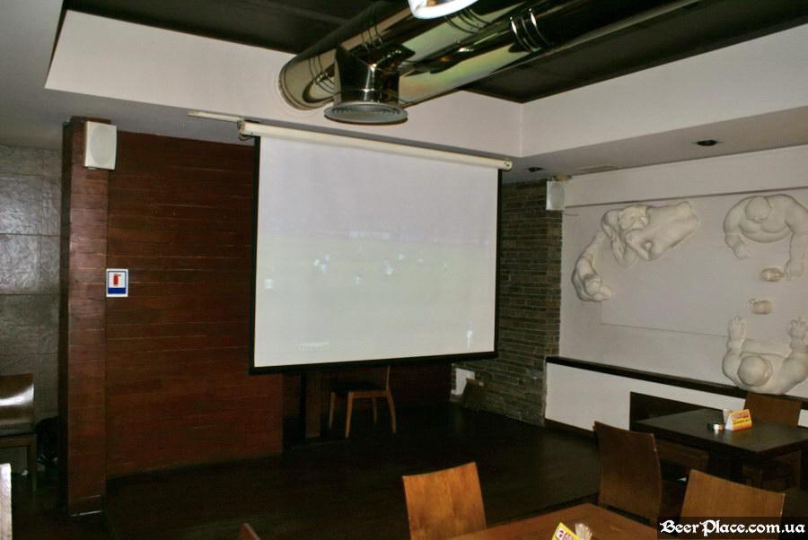 Люстдорф. Ресторан-пивоварня в Одессе. Фото. Первый зал. Экран с проектором