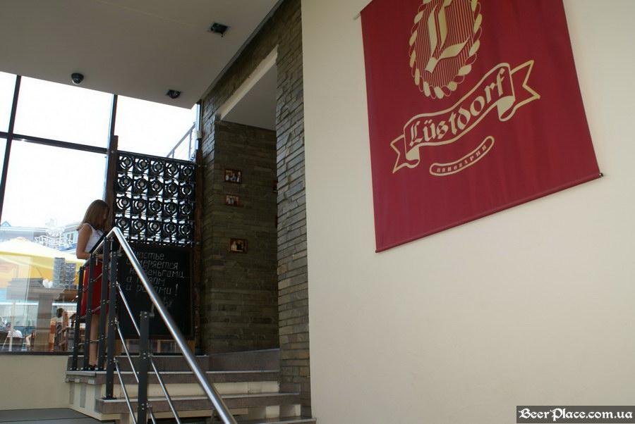 Люстдорф. Ресторан-пивоварня в Одессе. Фото. Второй зал. Лестница