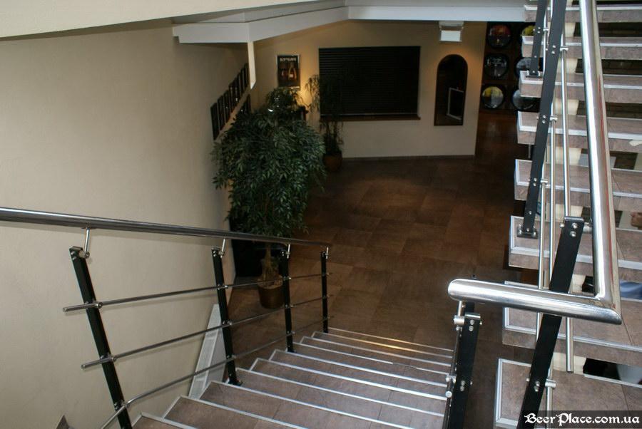 Люстдорф. Ресторан-пивоварня в Одессе. Фото. Лестница в первый зал