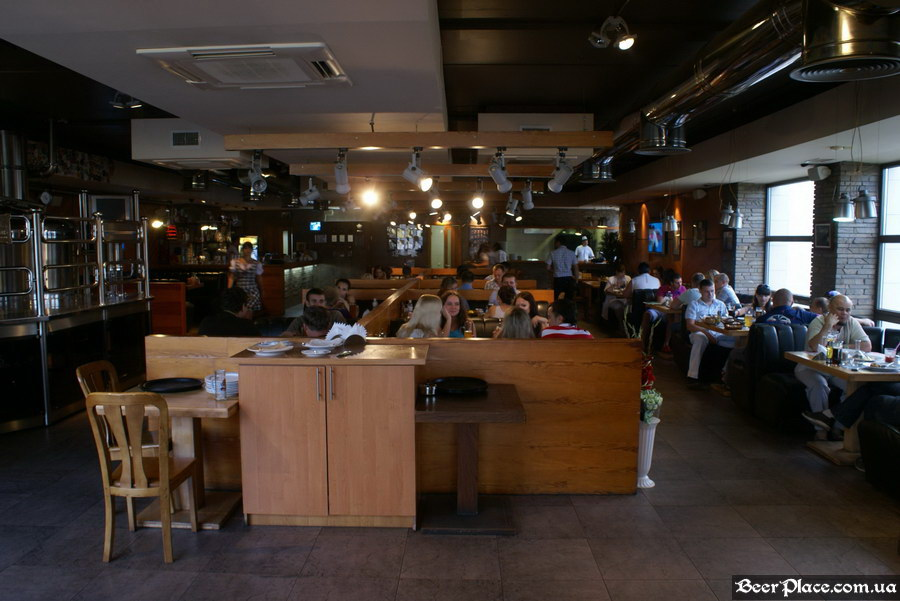Люстдорф. Ресторан-пивоварня в Одессе. Фото. Второй зал. Общий вид