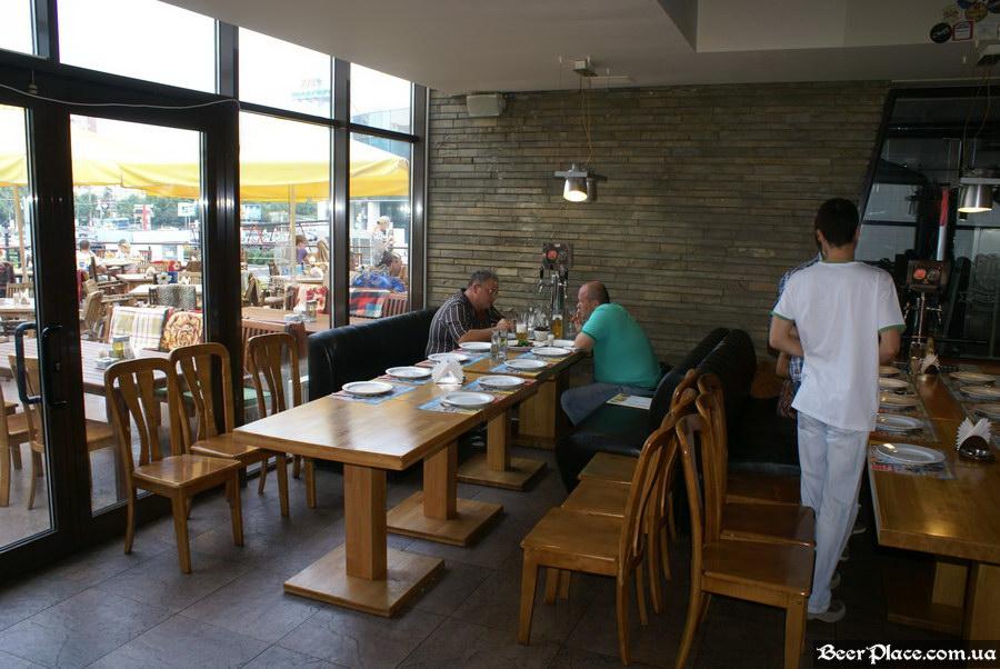 Люстдорф. Ресторан-пивоварня в Одессе. Фото. Второй зал. Столы со счетчиками пива