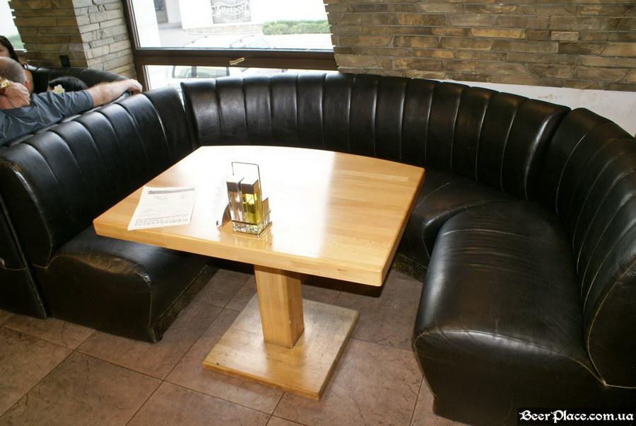 Люстдорф. Ресторан-пивоварня в Одессе. Фото. Второй зал. Большие диваны справа