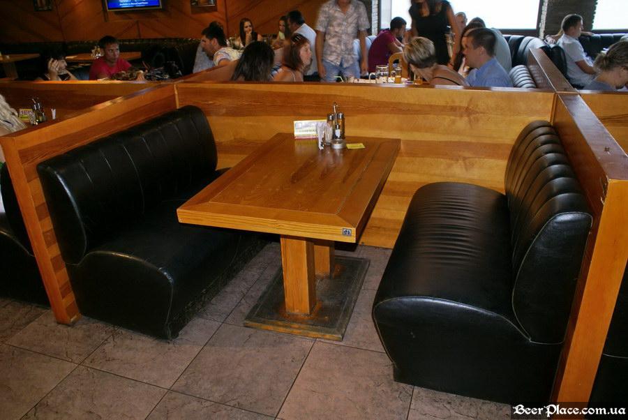 Люстдорф. Ресторан-пивоварня в Одессе. Фото. Второй зал. Небольшие столы слева от центра