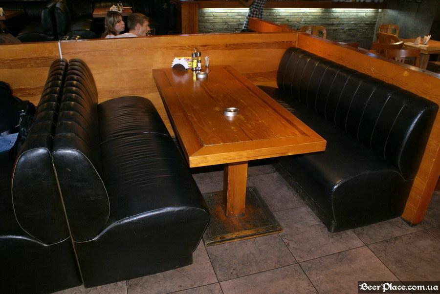 Люстдорф. Ресторан-пивоварня в Одессе. Фото. Второй зал. Большие столы справа от центра