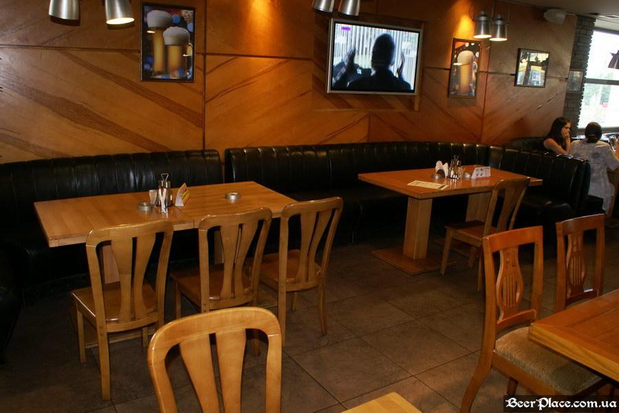 Люстдорф. Ресторан-пивоварня в Одессе. Фото. Второй зал. Столики напротив гриль-кухне