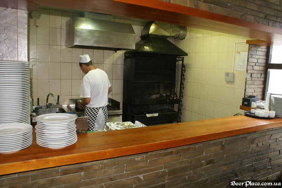 Люстдорф. Ресторан-пивоварня в Одессе. Фото. Второй зал. Открытая гриль-кухня