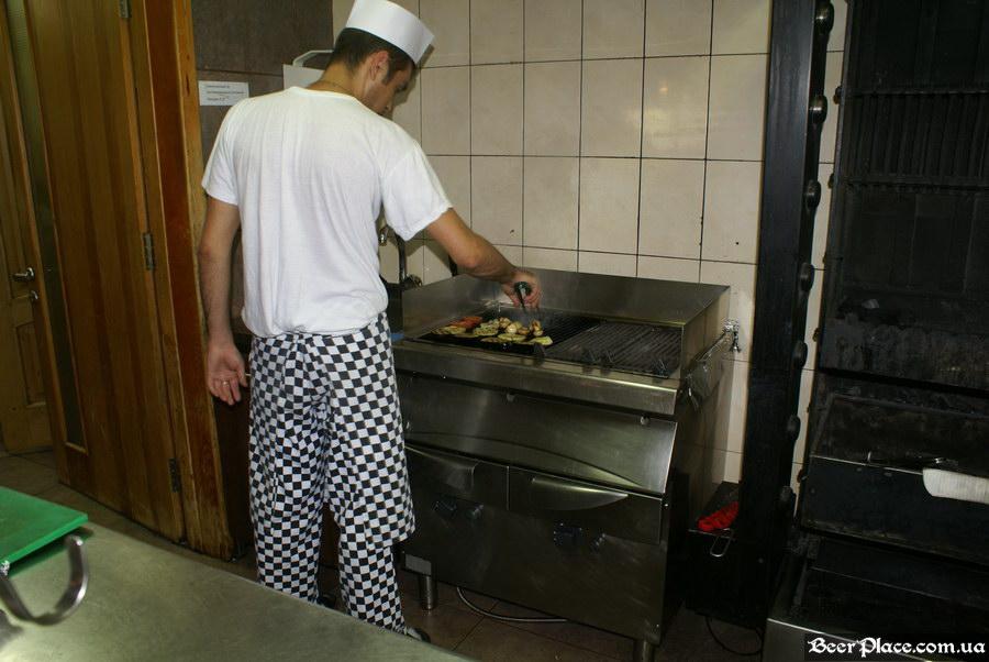 Люстдорф. Ресторан-пивоварня в Одессе. Фото. Второй зал. Жарим овощи