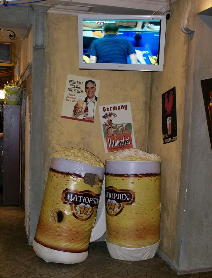 Киев. Пивной клуб Натюрлих. Обзор. Фото кружек с пивом во втором зале