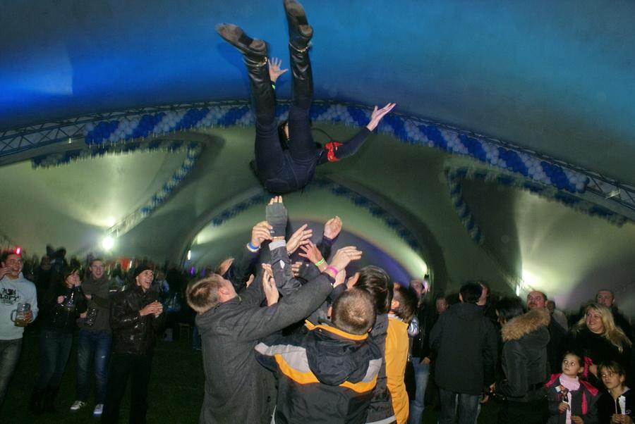Фото Октоберфеста 2010 в Киеве. Подбрасывание дам