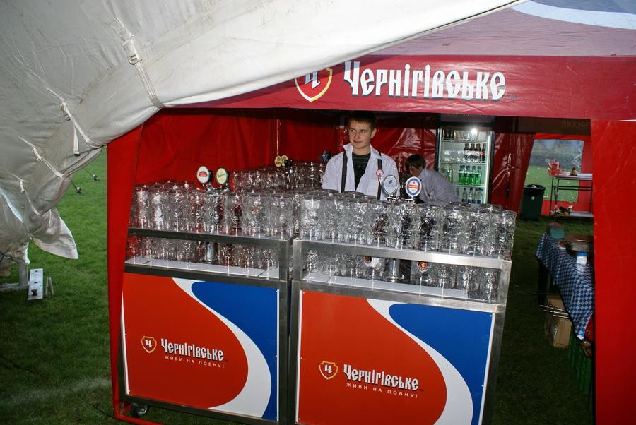 Фото Октоберфеста 2010 в Киеве. Куча бокалов