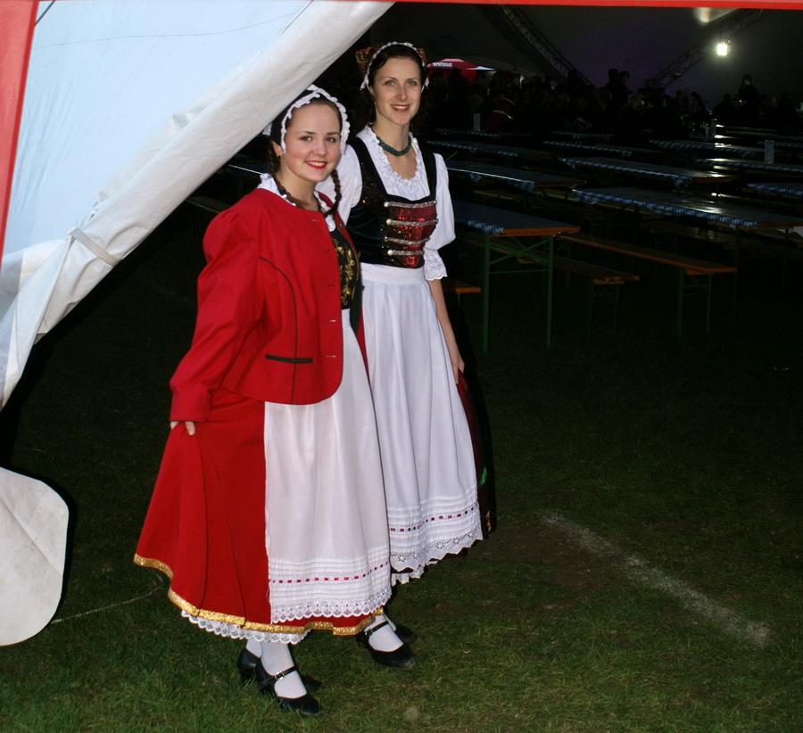 Фото Октоберфеста 2010 в Киеве. Барышни в костюмах