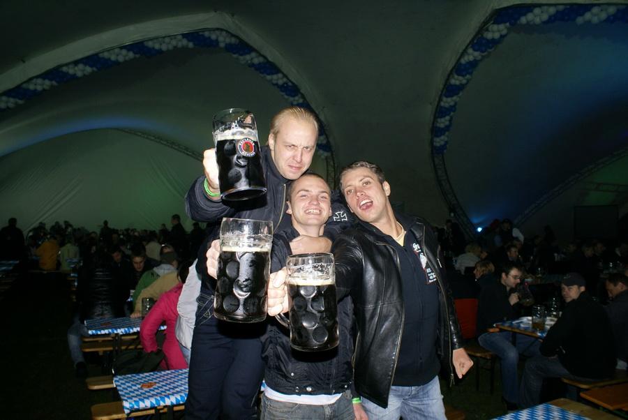 Фото Октоберфеста 2010 в Киеве. Самые бесбашенные пацаны