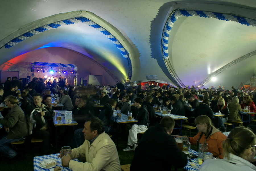 Фото Октоберфеста 2010 в Киеве. Все столы заняты