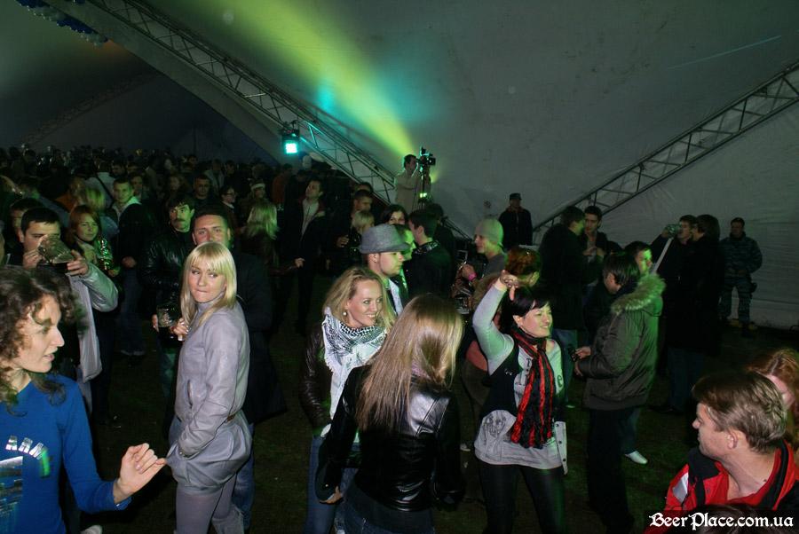 Октоберфест 2010 в Киеве. Фотографии: День 2. Выступление кавер-бэнда YouCrane