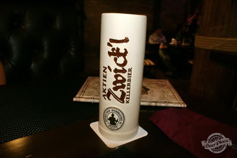 Pinta Cerveza Halloween 2011. Zwickl в глиняной кружке