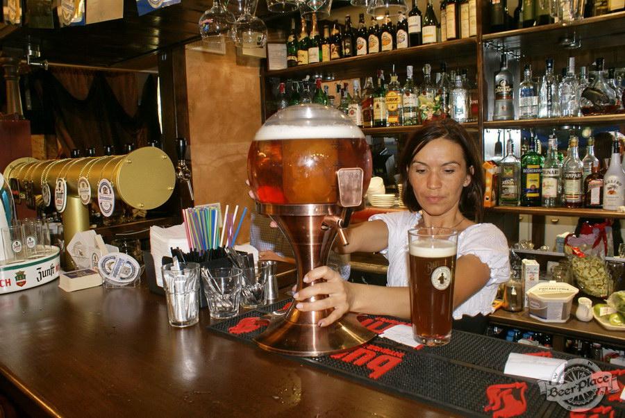 Pinta Cerveza открытие Oktoberfest 2011. Персонал в действии