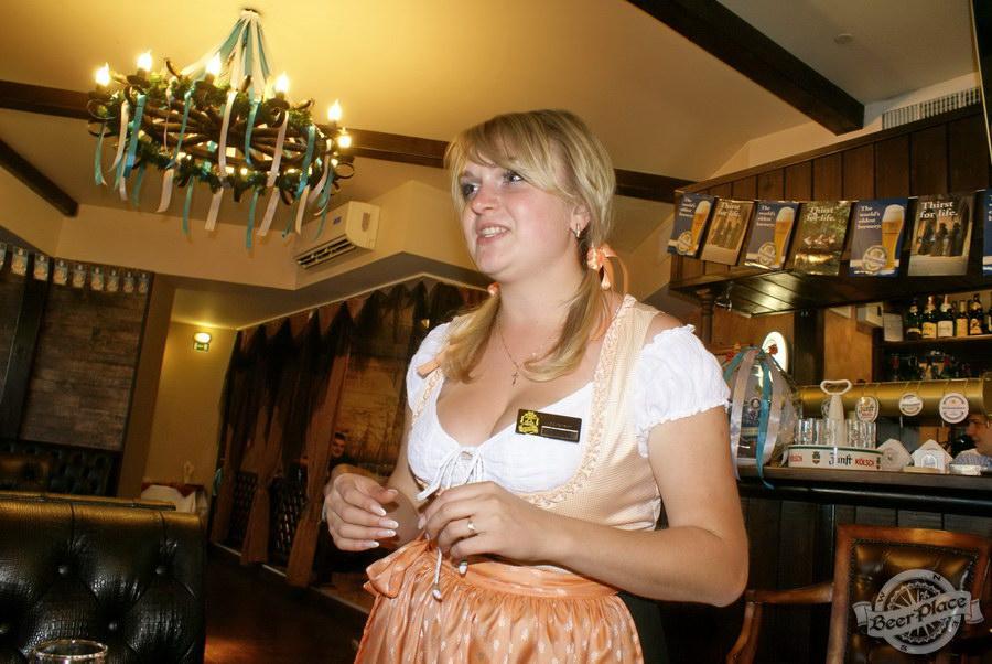Pinta Cerveza открытие Oktoberfest 2011. Официантка