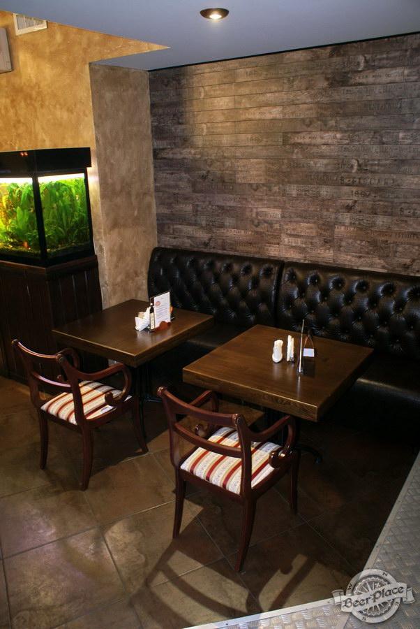 Пивной ресторан Pinta Cerveza. Фото. Первый зал. Столики на двоих